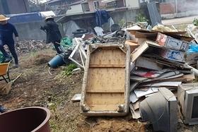독거청장년 위해 집 청소 도와